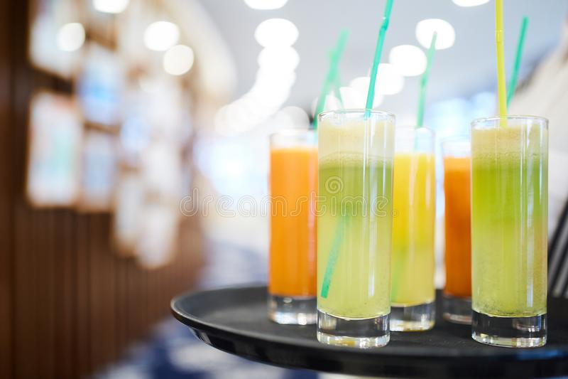 Cocktail diferentes com tubules foto de stock