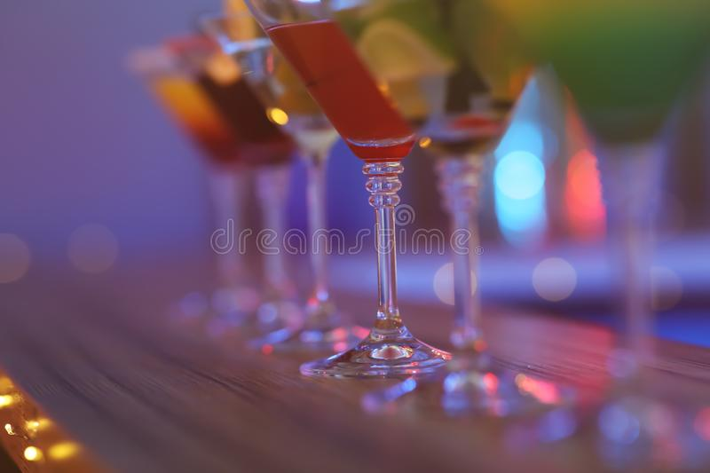 Cocktail diferentes de martini na tabela contra o fundo borrado, espaço para o texto foto de stock