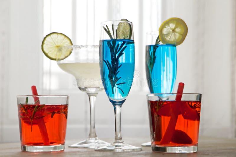 Cocktail diferentes na frente da janela imagens de stock royalty free