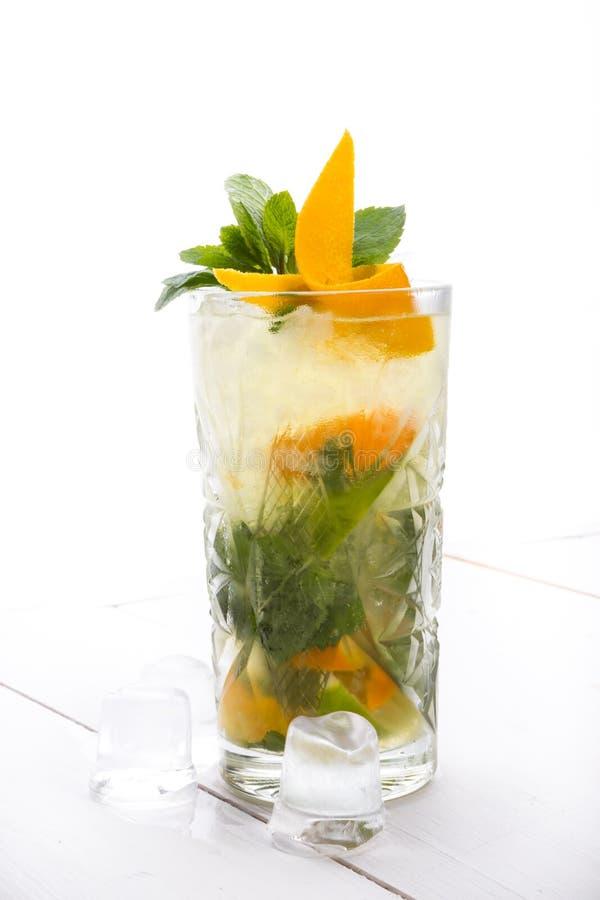 Cocktail do álcool em uma placa branca fotos de stock