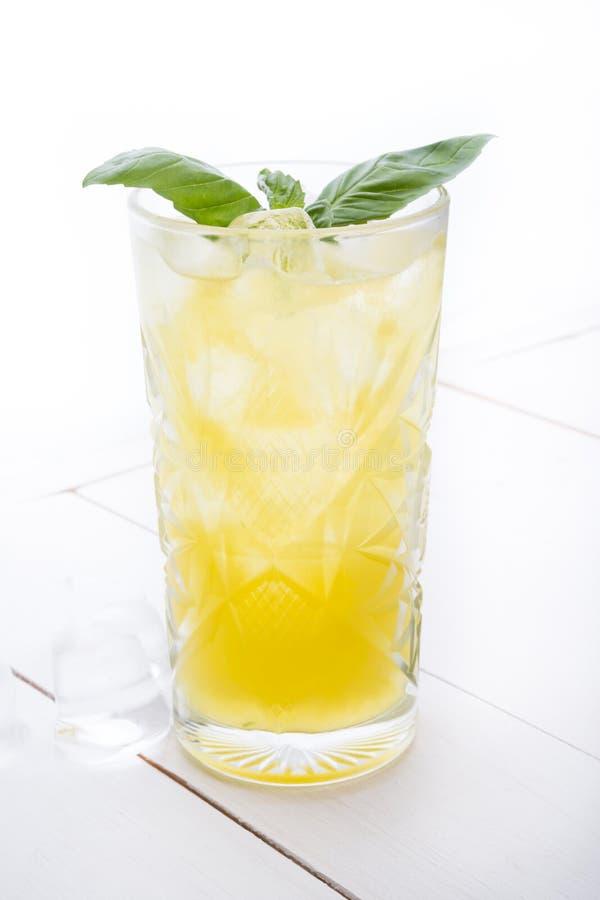Cocktail do álcool em uma placa branca fotografia de stock