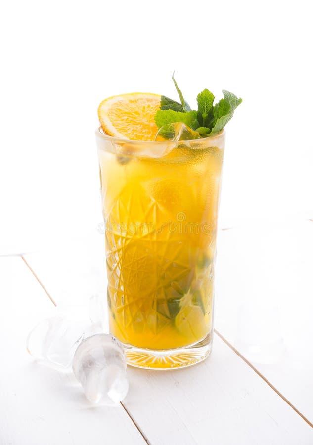 Cocktail do álcool em uma placa branca fotografia de stock royalty free