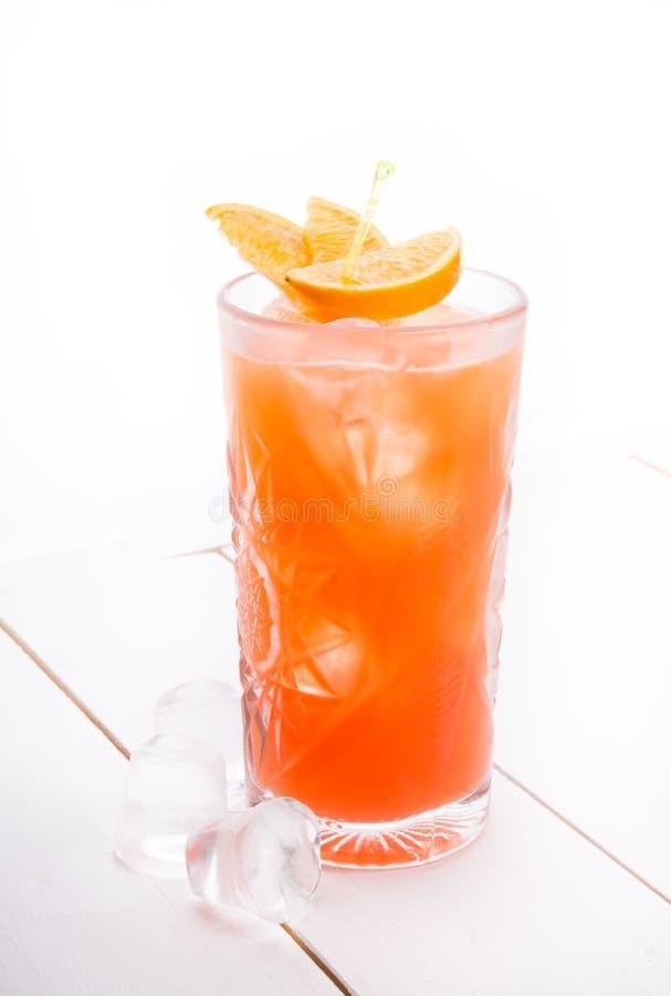 Cocktail do álcool em uma placa branca imagem de stock