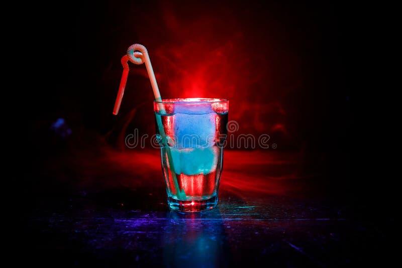 Cocktail do álcool no vidro com gelo no fumo no fundo escuro O clube bebe o conceito Um vidro do cocktail Foco seletivo fotografia de stock royalty free