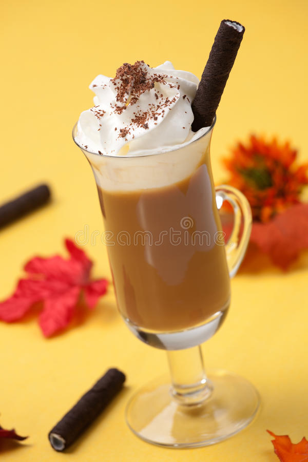 Cocktail do café da microplaqueta de chocolate da baunilha foto de stock