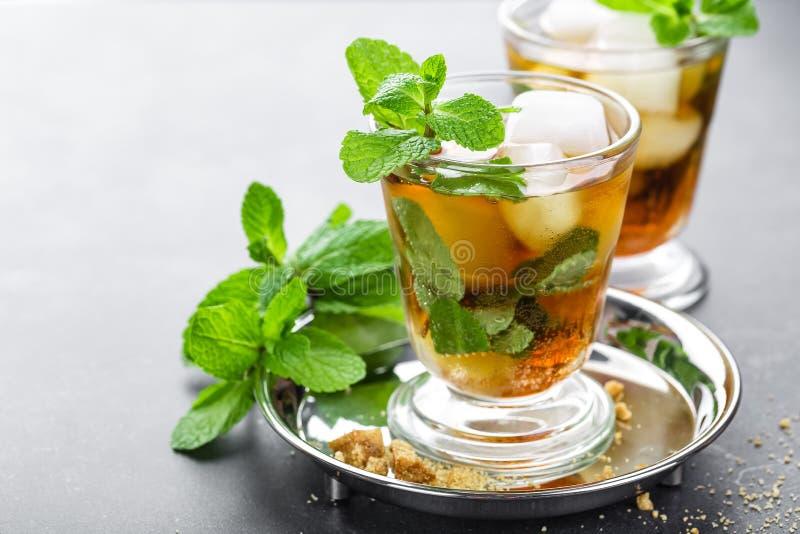 Cocktail do julepo de hortelã com bourbon, gelo e hortelã no vidro fotos de stock royalty free
