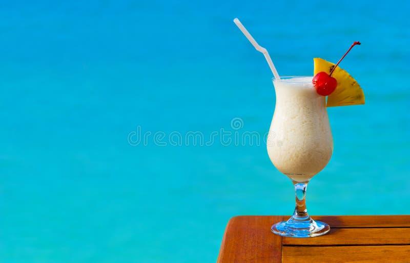 Cocktail do leite na tabela no café da praia imagem de stock