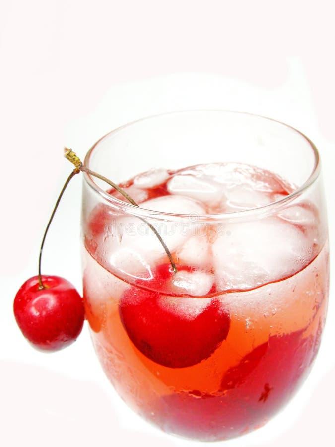 Cocktail do licor do álcool com cereja fotografia de stock royalty free