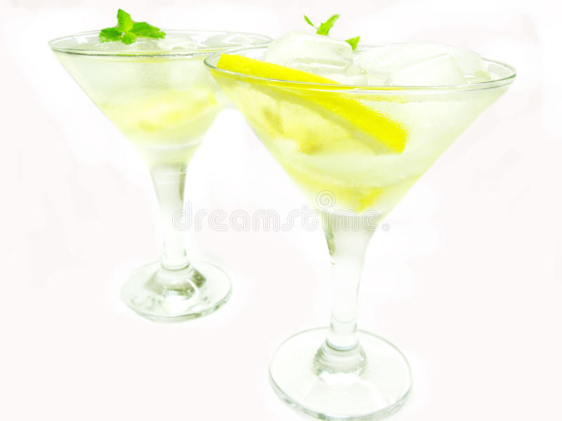 Download Cocktail Do Licor Do álcool Com Limão E Gelo Imagem de Stock - Imagem de martini, fundo: 16865215