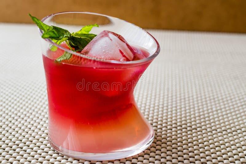Cocktail do por do sol de Malibu com folhas de hortelã fotos de stock royalty free