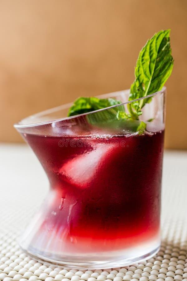 Cocktail do por do sol de Malibu com folhas de hortelã fotografia de stock royalty free