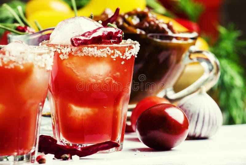 Cocktail do tomate com a vodca, o suco de laranja e o gelo da pimenta, de madeira foto de stock royalty free