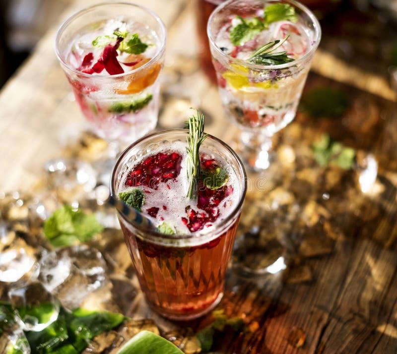 Cocktail do verão com as pétalas decorativas da flor foto de stock