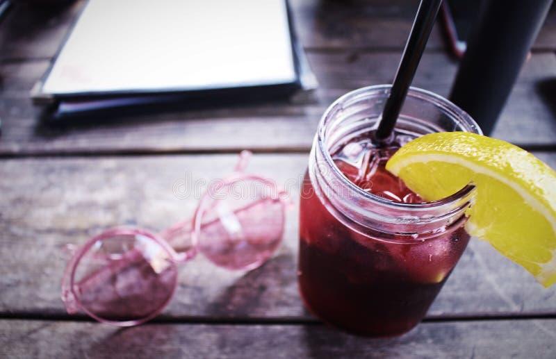 Cocktail e óculos de sol foto de stock