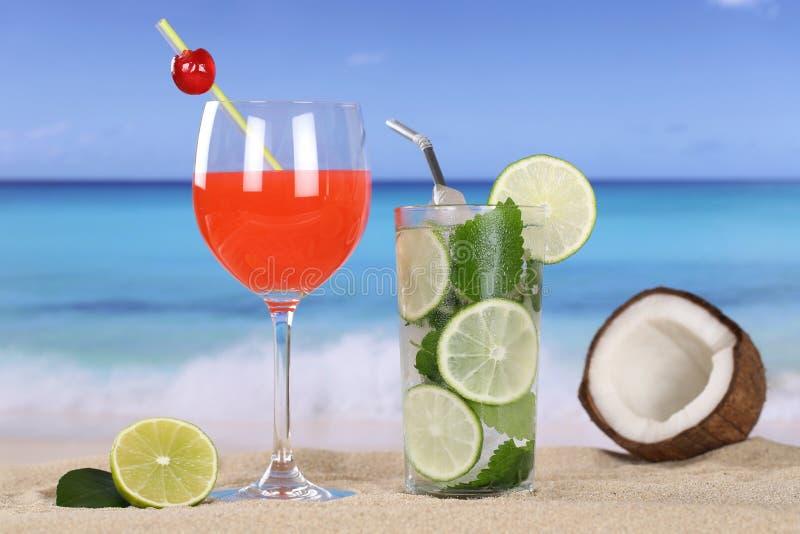 Cocktail e bevande sulla spiaggia con la sabbia fotografia stock libera da diritti