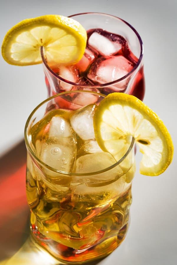 Cocktail, een citroen en een ijs stock fotografie
