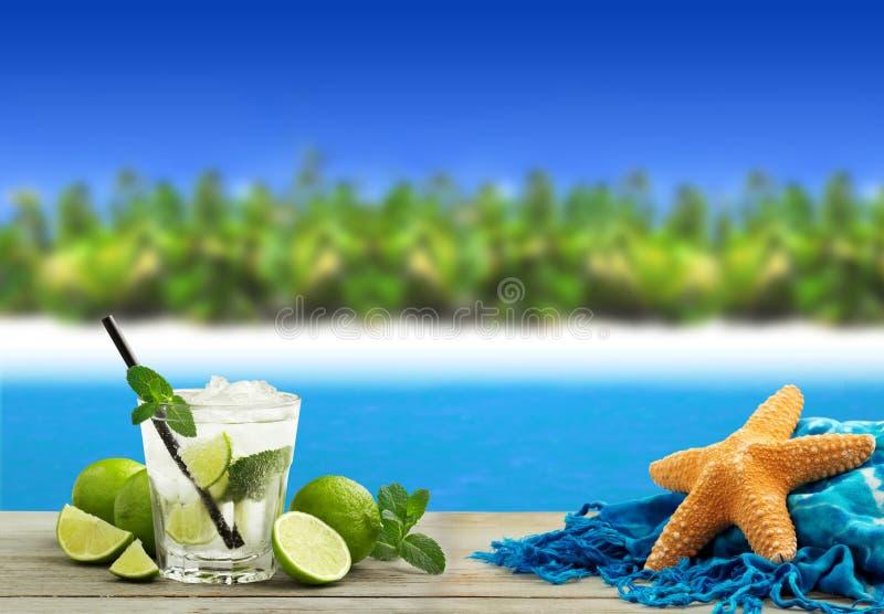 Cocktail in een tropisch strand stock foto's