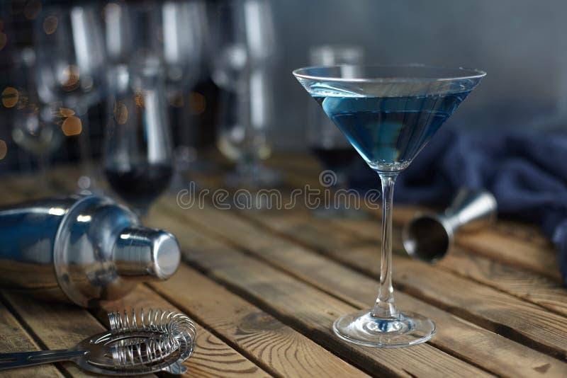Cocktail in einem Martini-Glasblau auf einem Holztisch lizenzfreies stockfoto