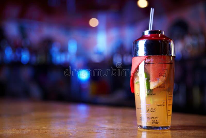 Cocktail in einem Rüttler lizenzfreie stockfotos