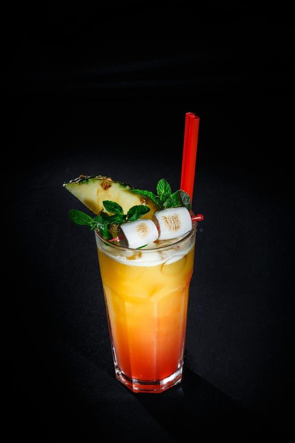 Cocktail em um fundo preto fotografia de stock royalty free