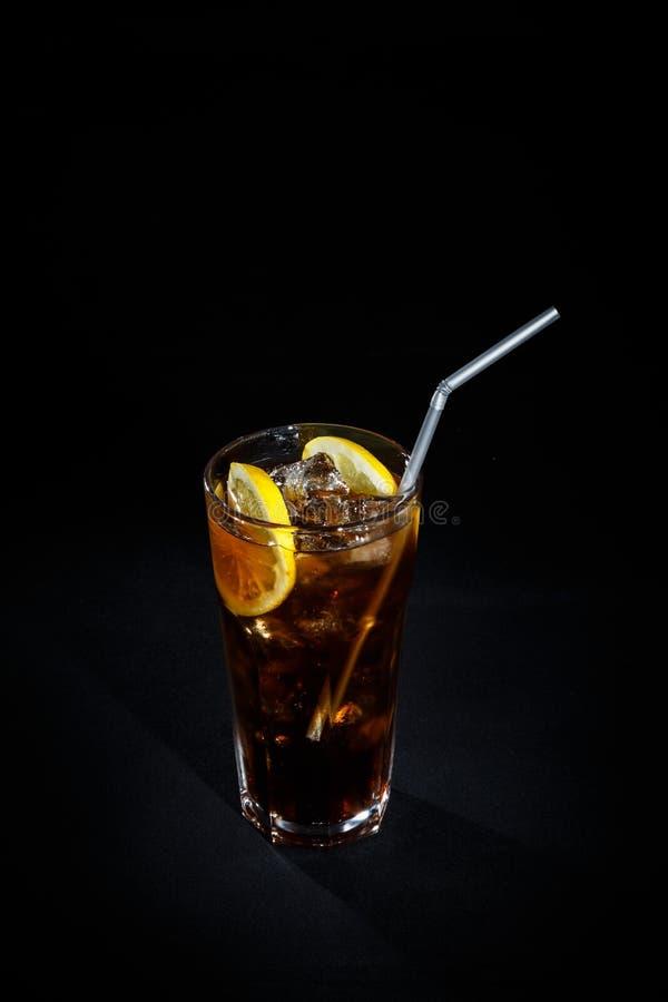 Cocktail em um fundo preto imagens de stock