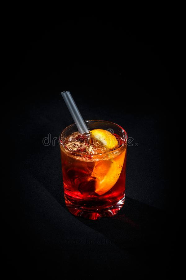 Cocktail em um fundo preto foto de stock