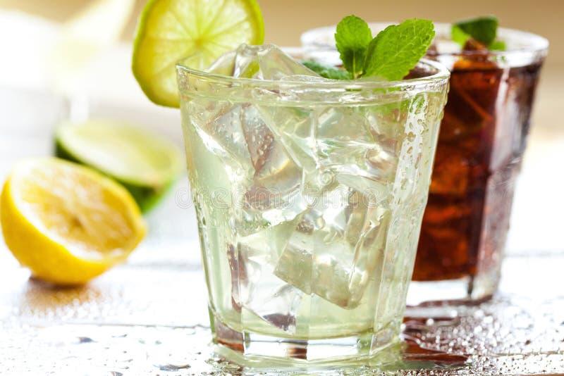 Cocktail em vidros da secadora de roupa foto de stock