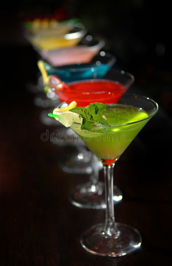 Cocktail em vidros de martini imagem de stock royalty free