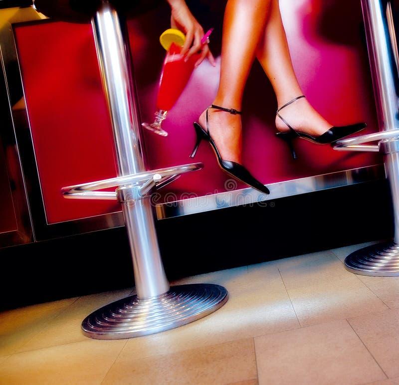 Cocktail en benen stock fotografie
