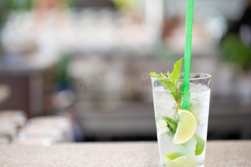 Cocktail en gros plan de mojito avec le citron et la menthe sur la barre photographie stock libre de droits
