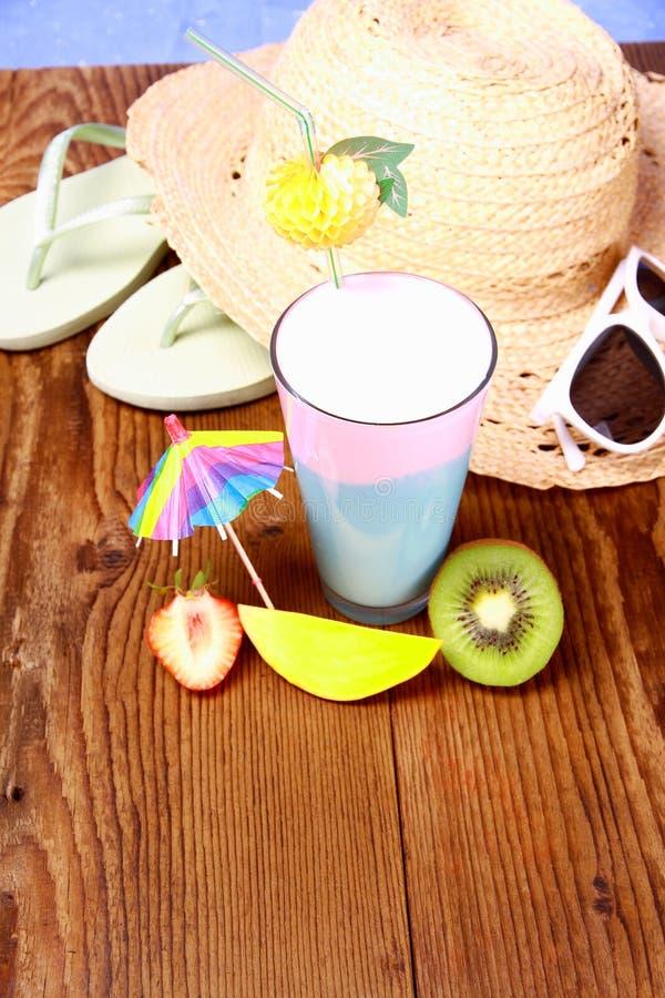 Cocktail, Erdbeere, Mango und Kiwi, mit Feiertagshintergrund stockfoto