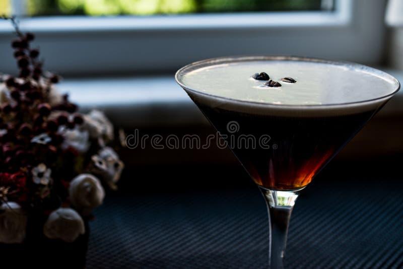 Cocktail Espressso Martini mit Kaffeebohnen stockfotos