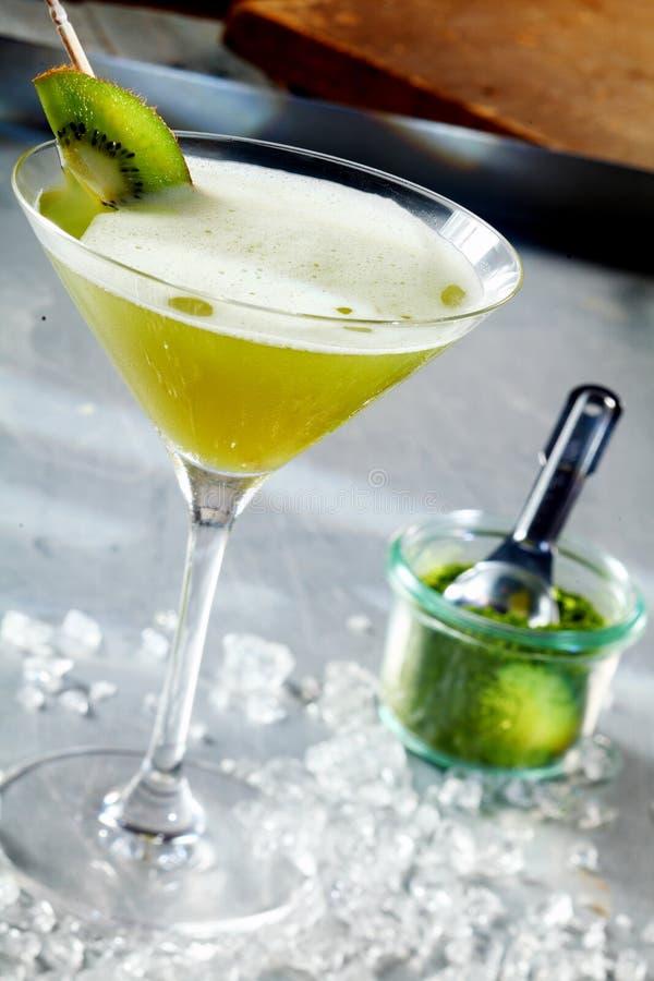 Cocktail exotique assaisonné avec le matcha image libre de droits