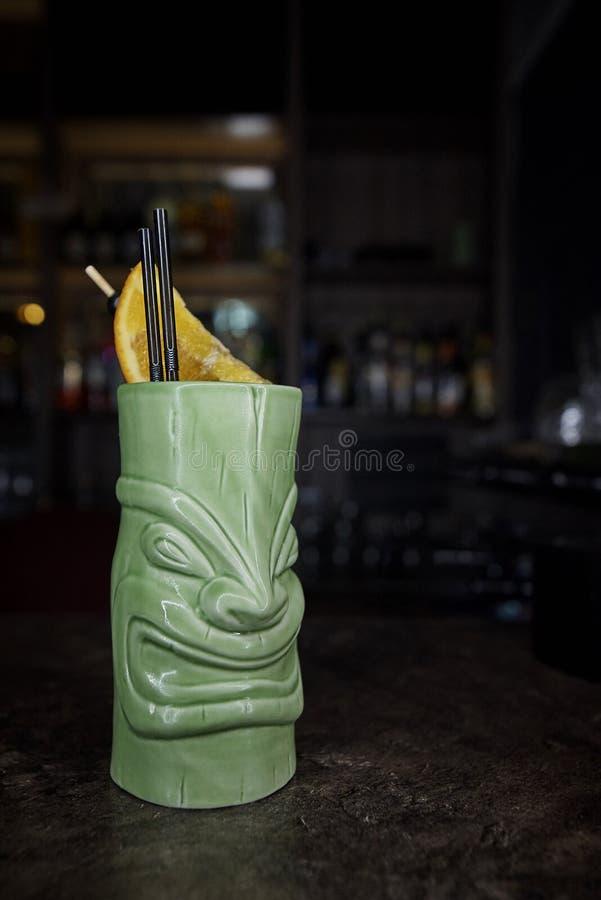 Cocktail exotique dans un verre sous forme de divinité antique encore photo libre de droits