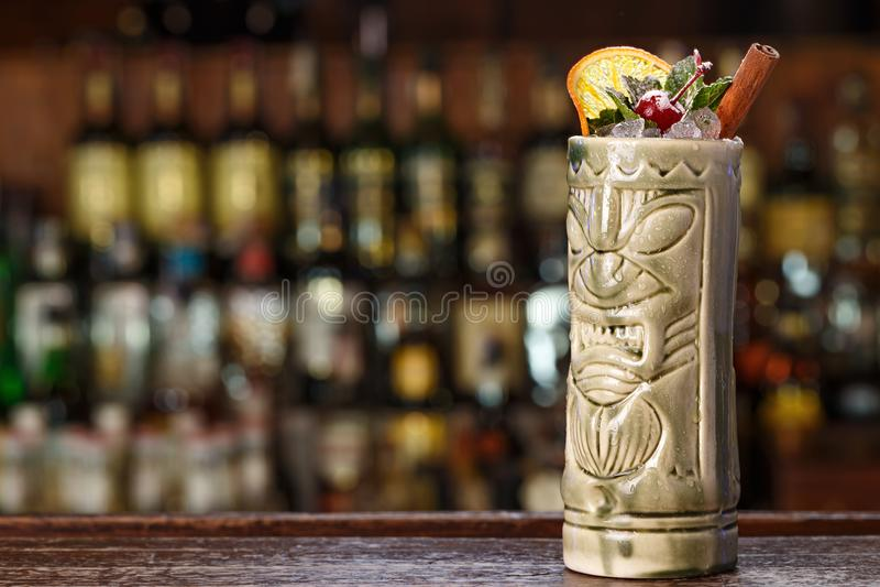 Cocktail exotique sur la barre en verre de tiki image libre de droits