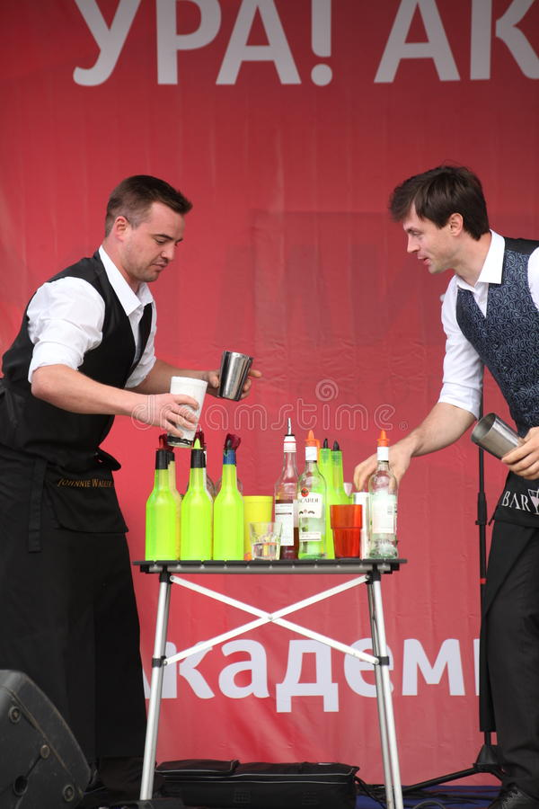 cocktail Exposition de barmans sur l'étape rouge extérieure images stock