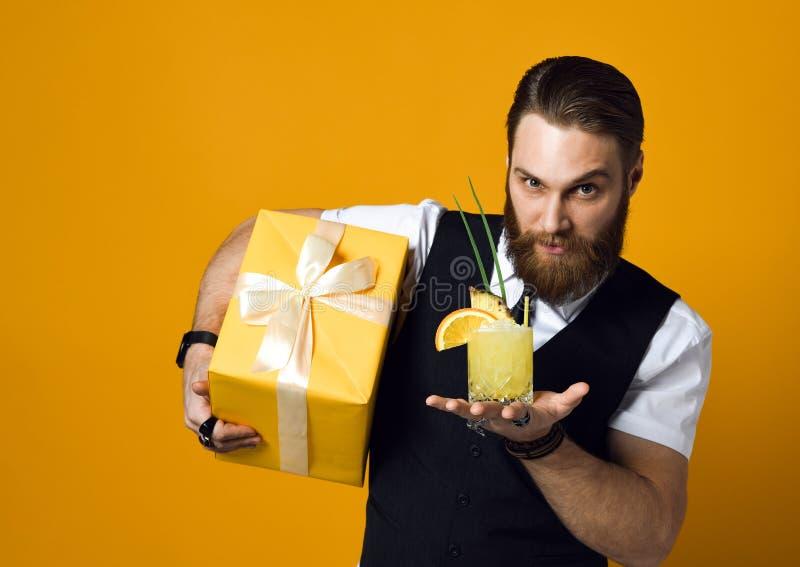 Cocktail farpado alegre e sorriso da terra arrendada do homem novo ? c?mera fotografia de stock