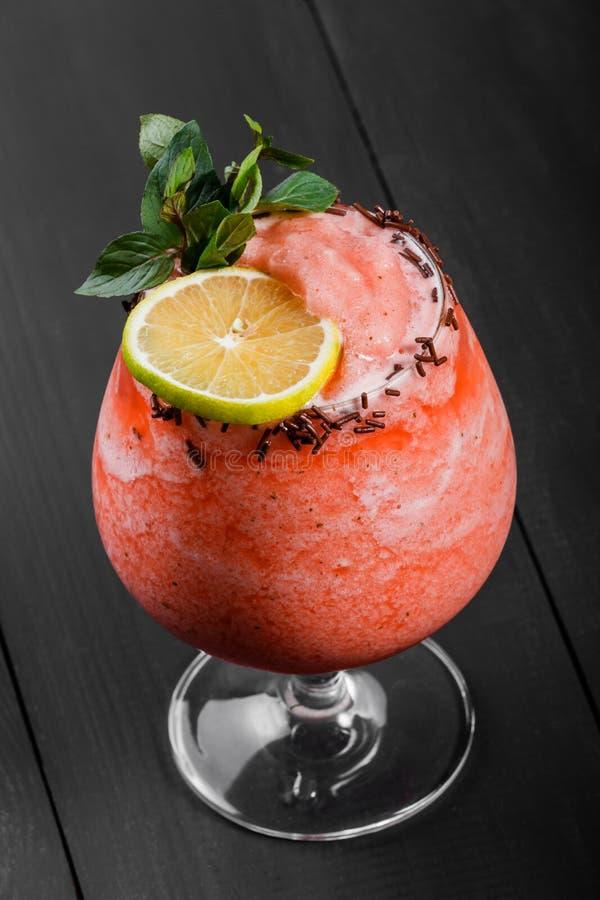 Cocktail frais avec la fraise et la crème fouettée en verre sur le fond foncé Boissons et cocktails d'été photos libres de droits