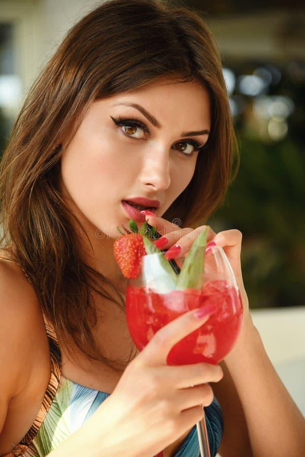Cocktail frais de belles boissons de fille dans les vacances photo libre de droits