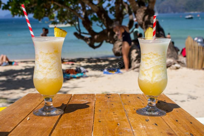 Cocktail frais de l'alcool deux sur la plage Colada froid de pina sur le fond de paysage marin Paires de cocktails frais d'ananas image libre de droits