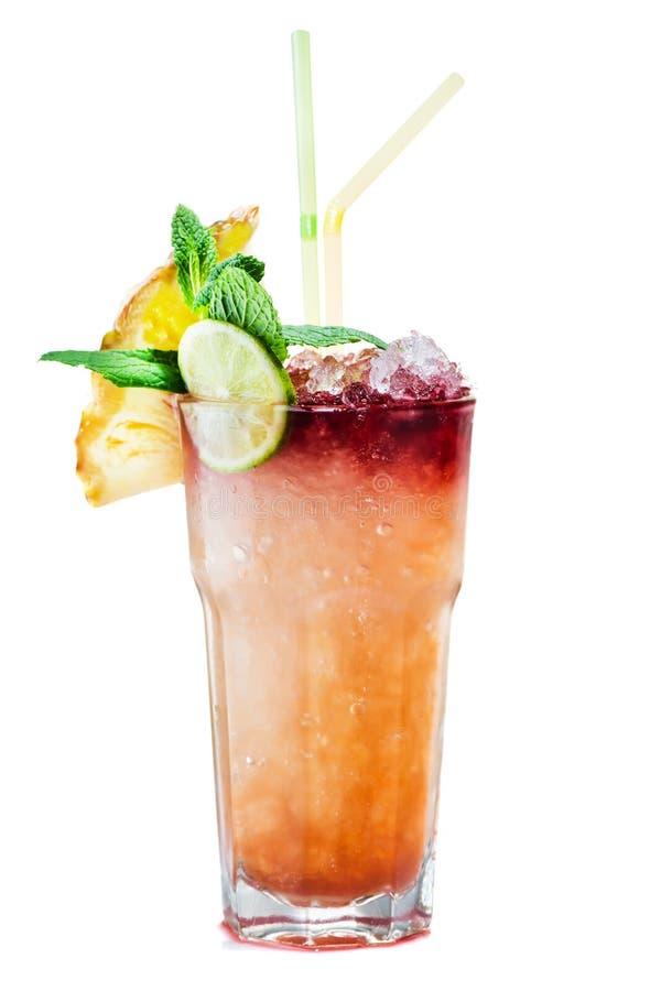 Cocktail frais tropical de maitai avec la tranche d'ananas et de cucum images stock