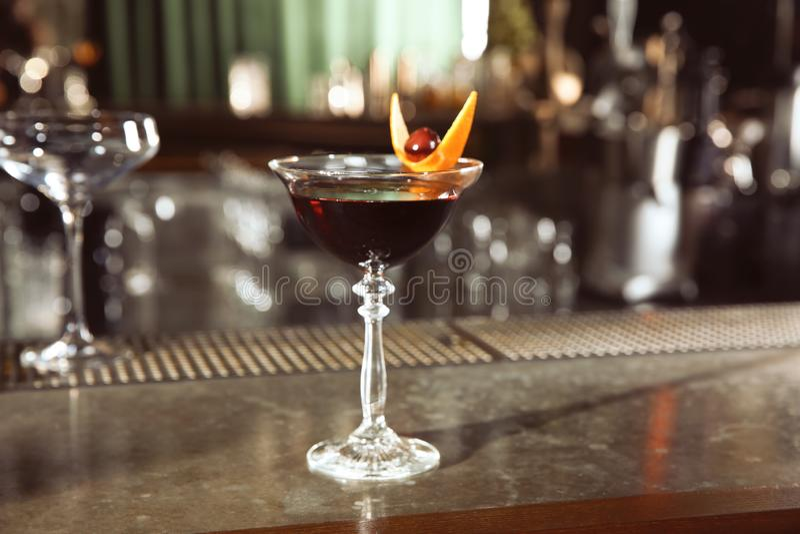 Cocktail fresco di Manhattan dell'alcoolizzato sul contatore della barra fotografia stock