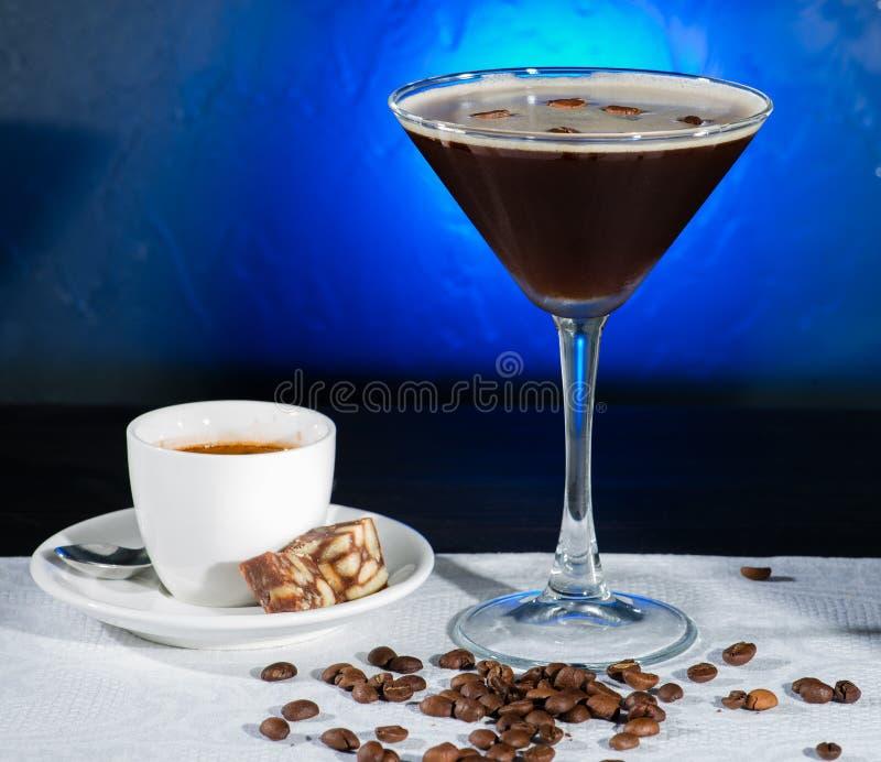 Cocktail fresco do café com feijões e café de café no CCB azul foto de stock royalty free