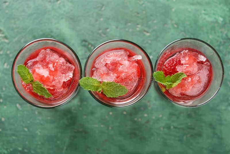 Cocktail fresco do verão em vidros disparados na tabela de cor fotos de stock