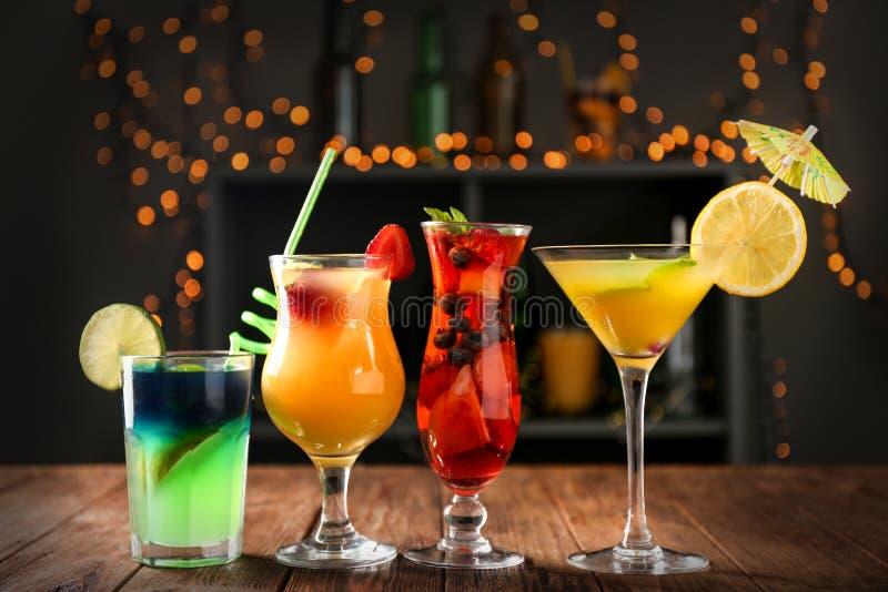 Cocktail frescos do verão nos vidros na tabela de madeira na barra fotografia de stock royalty free