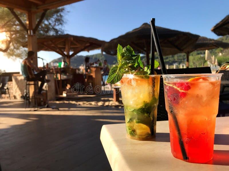 Cocktail frescos em uma cena da praia fotos de stock royalty free