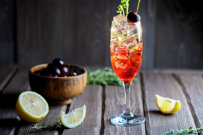 Cocktail frio da cereja no vidro com cubos de gelo imagens de stock royalty free