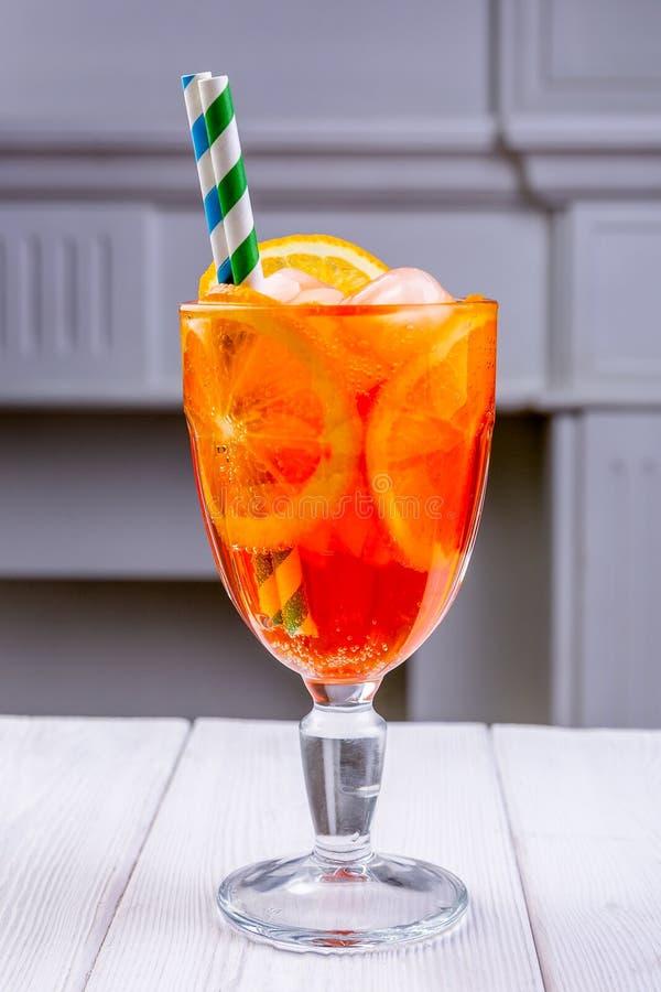 Cocktail frio fresco Aperol com fatias e os cubos de gelo alaranjados no vidro misted Coctails não alcoólicos do verão Menu do ca imagens de stock