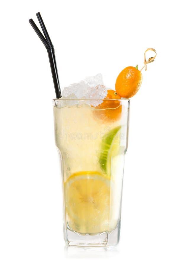 Cocktail frio fresco com limão, cal e kumquat imagem de stock