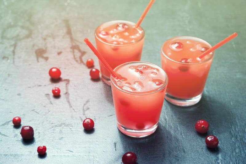 Cocktail froid de baie d'été avec de la glace, le sirop de baie et l'alcool en verres sur un fond de vintage, modifié la tonalité images libres de droits